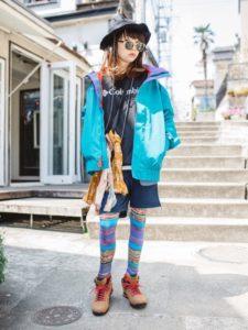 コロンビアのカラフルなナイロンジャケットを使用したコーディネート画像