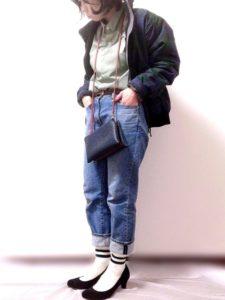 コロンビアのナイロンジャケットにシャツとデニムを合わせたコーディネート画像