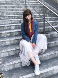 コロンビアのカラフルなフリースジャケットにチュールのロングスカートを合わせたコーディネート画像