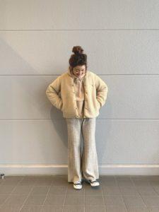 コロンビアのボアジャケット色(ベージュ系)に合わせた同系色のコーディネート画像