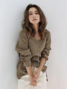 アングリッドのノームコアファッションをした女性の画像