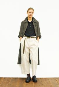 HML.のノームコアファッションをした女性の画像