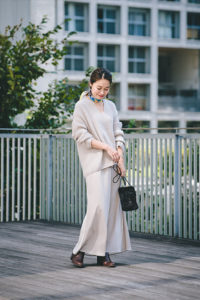 シップスのノームコアファッションをした女性の画像
