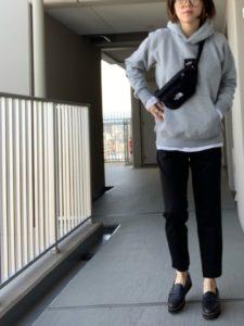 パーカーを着た女性の画像