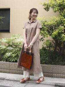 コムサイムズのノームコアファッションをした女性の画像