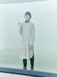 yuwのノームコアファッションをした女性の画像
