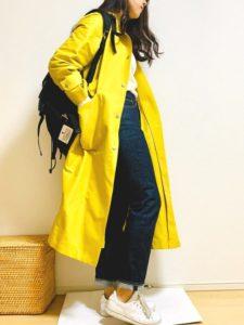 イエロースプリングコートを着用している女性の画像
