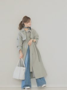グリーンスプリングコートにワイドパンツを着用した女性の画像