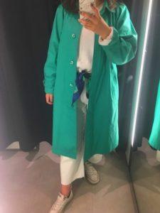 発色の良いグリーンスプリングコートを着用した女性の画像
