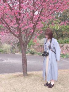 サックスブルーのスプリングコートを着用した女性の画像