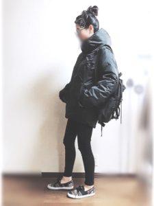 ワークマンのダウンジャケットを着用した女性の画像