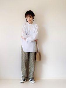 スタンドカラーシャツとチェック柄ワイドパンツをコーディネートした女性の画像