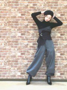 黒のトップスにニッカポッカを着用した女性の画像