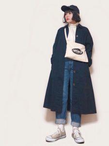 ネイビースプリングコートを着用した女性の画像