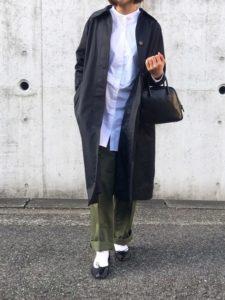 黒スプリングコートを着用した女性の画像