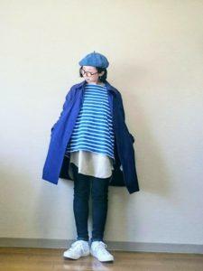 ボーダープルオーバーにブルースプリングコートを着用した女性の画像