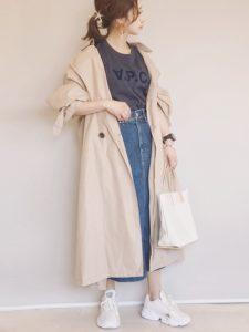 ベージュスプリングコートを着用した女性の画像