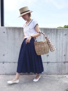 コンパクトなポロシャツとボリュームのあるスカートをコーディネートした女性の画像