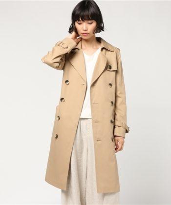 A.P.Cのトレンチコートを着用した女性の画像