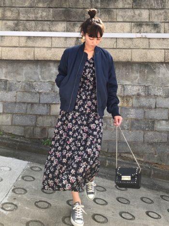 ワンピースにワークマンのMA-1を着用した女性の画像