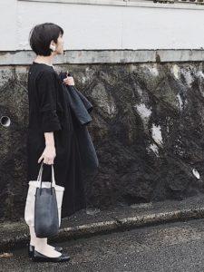 卒園式の黒ワンピースコーデをした女性画像