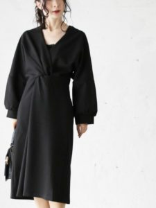 卒園式のデザイン黒ワンピースをコーデした女性画像