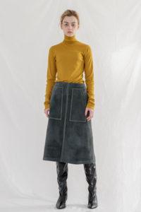 ランチ合コン探偵の山本美月が着用しているタートルネックニット衣装のブランド参考画像