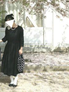 卒園式の黒ワンピースとパールネックレスコーデをした女性画像