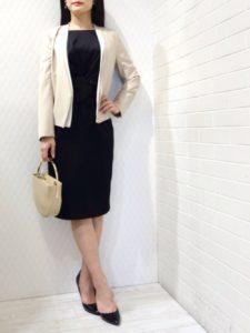 卒園式の黒ワンピースと白ジャケットを着た女性の画像
