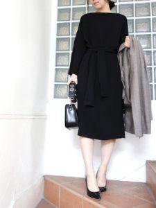 卒園式のデザイン黒ワンピースを着用した女性の画像